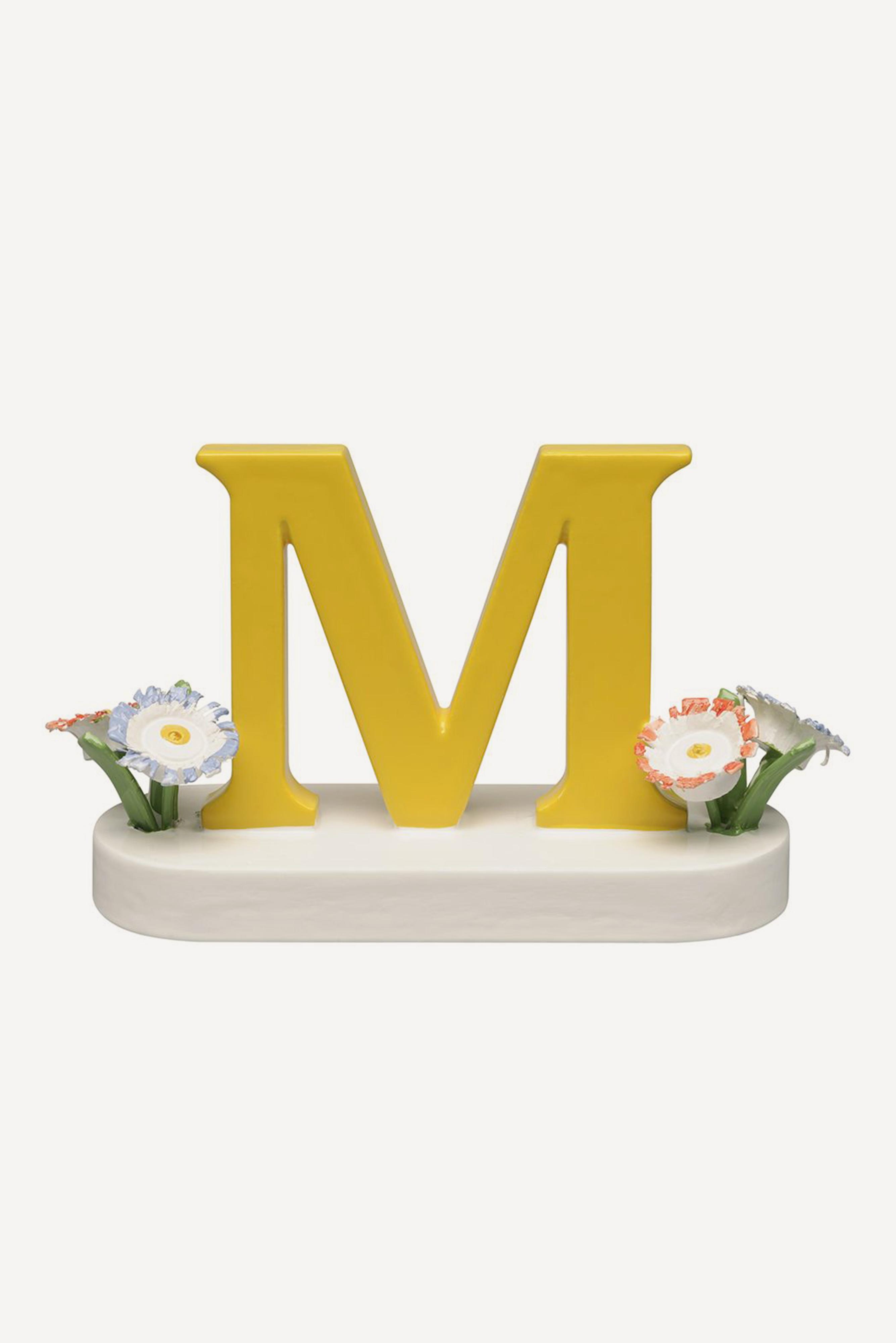 Buchstabe M, mit Blumen