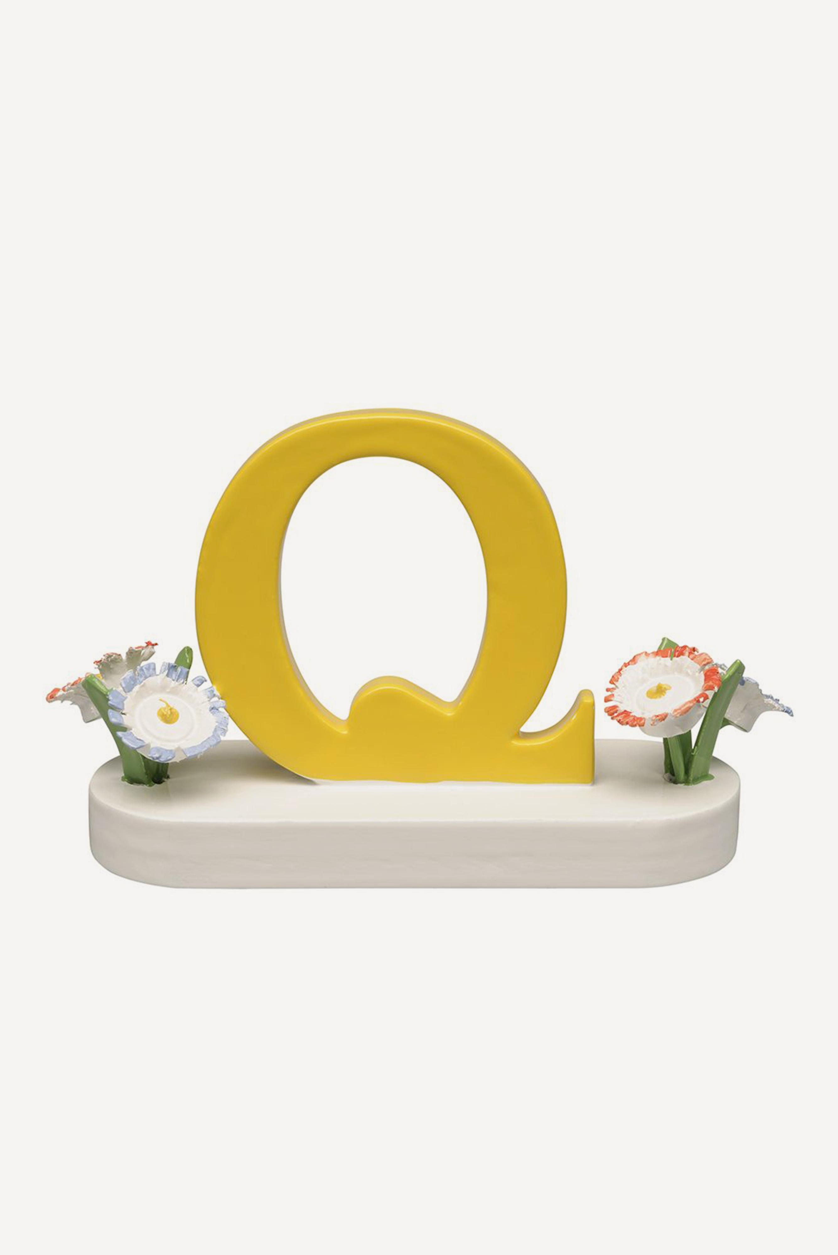 Buchstabe Q, mit Blumen