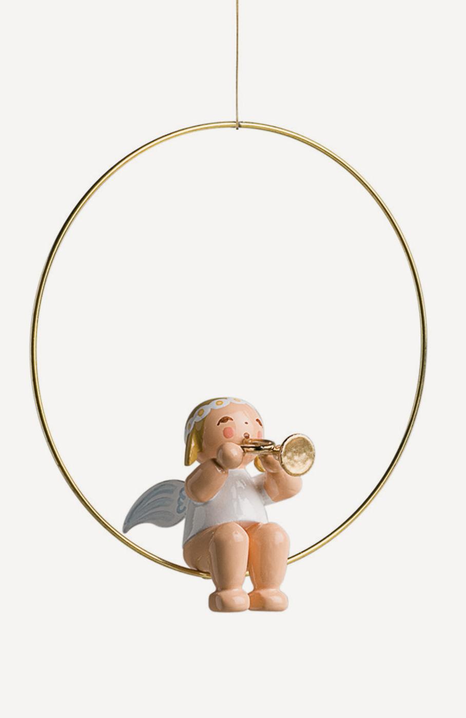 Christbaumengel im Ring, mit Trompete