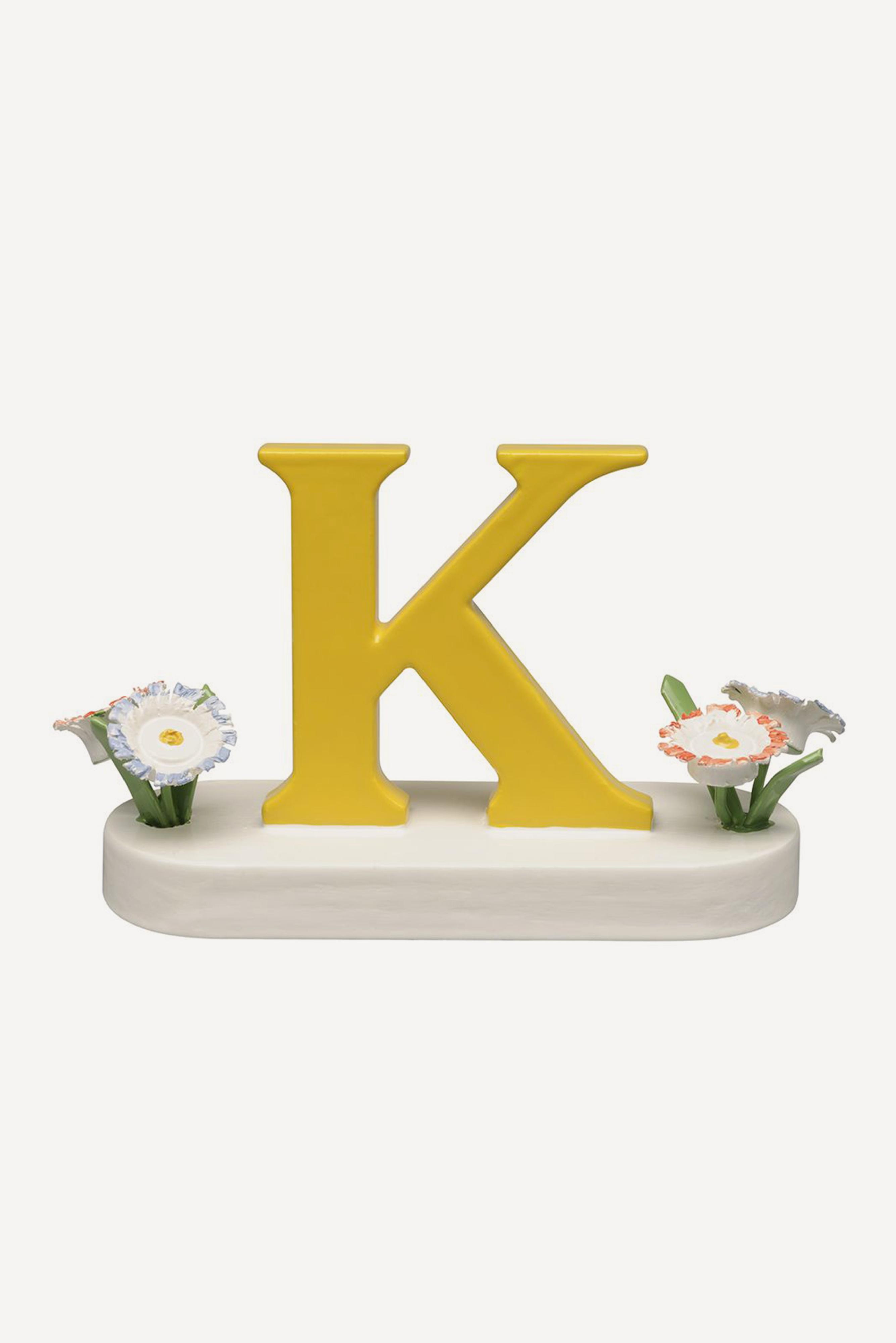 Buchstabe K, mit Blumen
