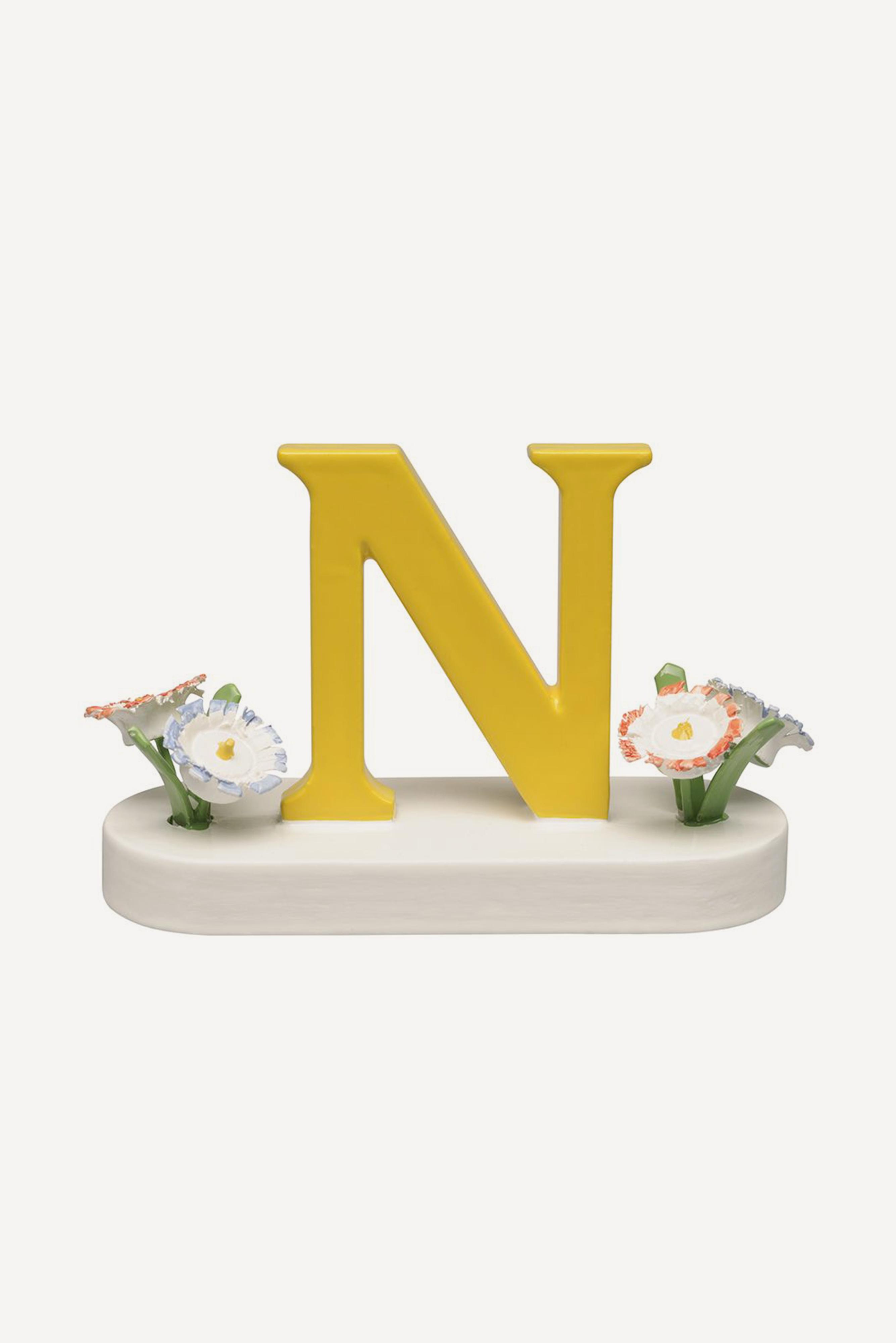 Buchstabe N, mit Blumen