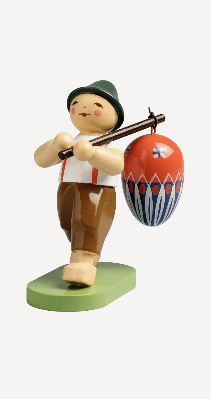 Junge mit Ei am Stab