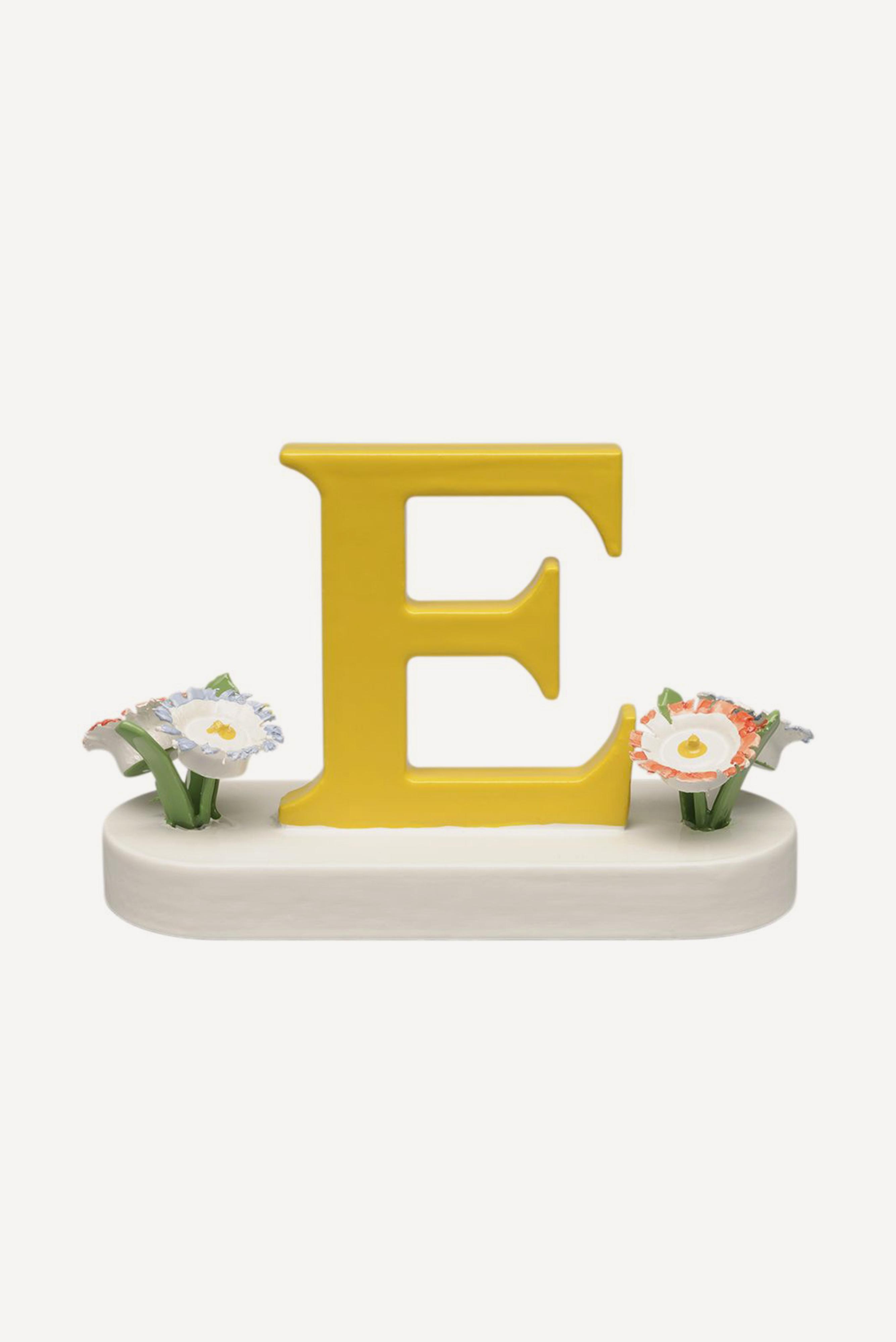 Buchstabe E, mit Blumen