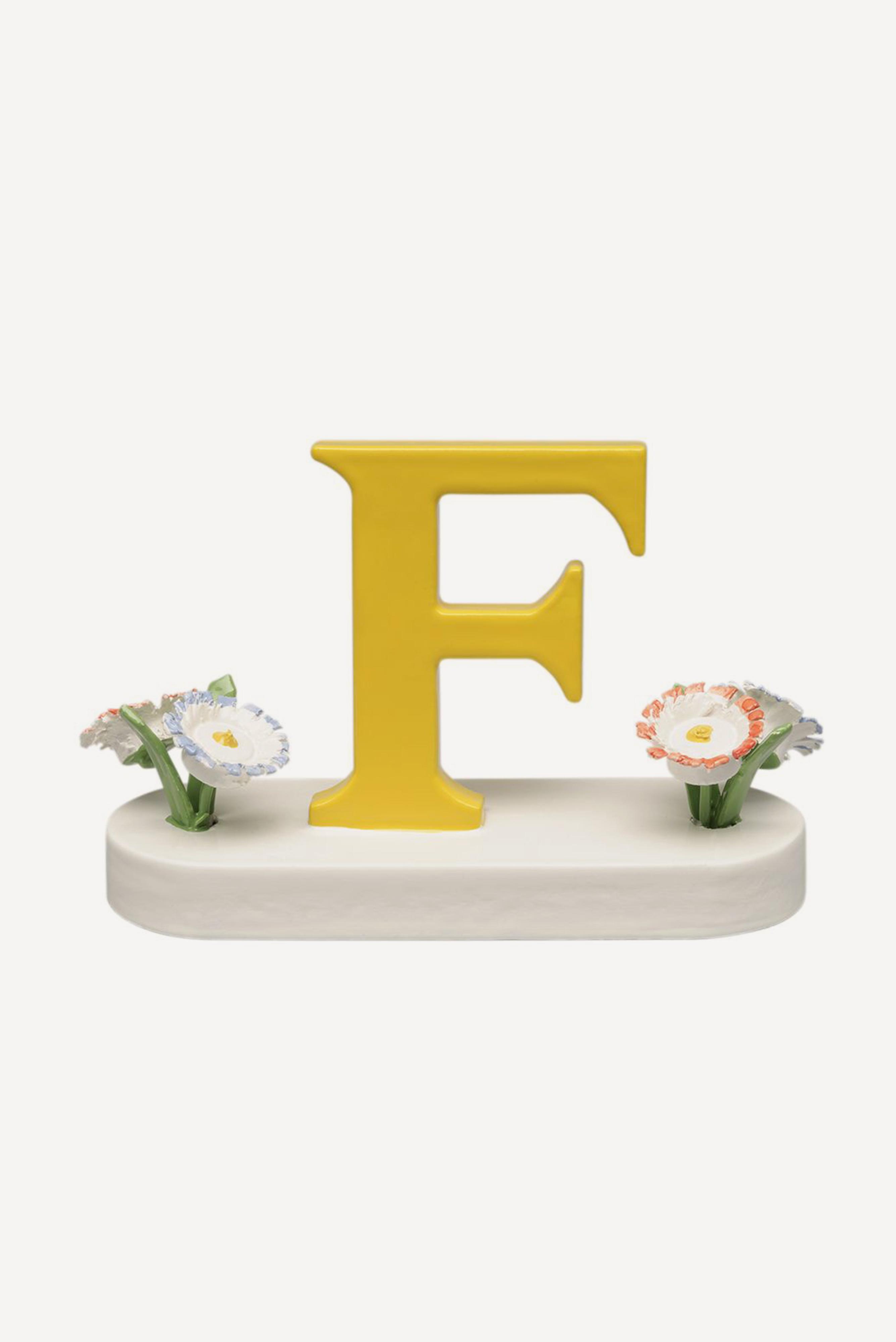 Buchstabe F, mit Blumen