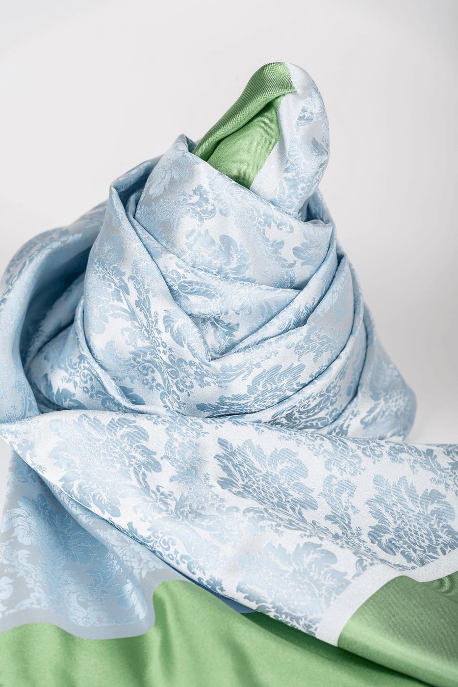 Schal hellbau/bleu mit hellgrüner Borte