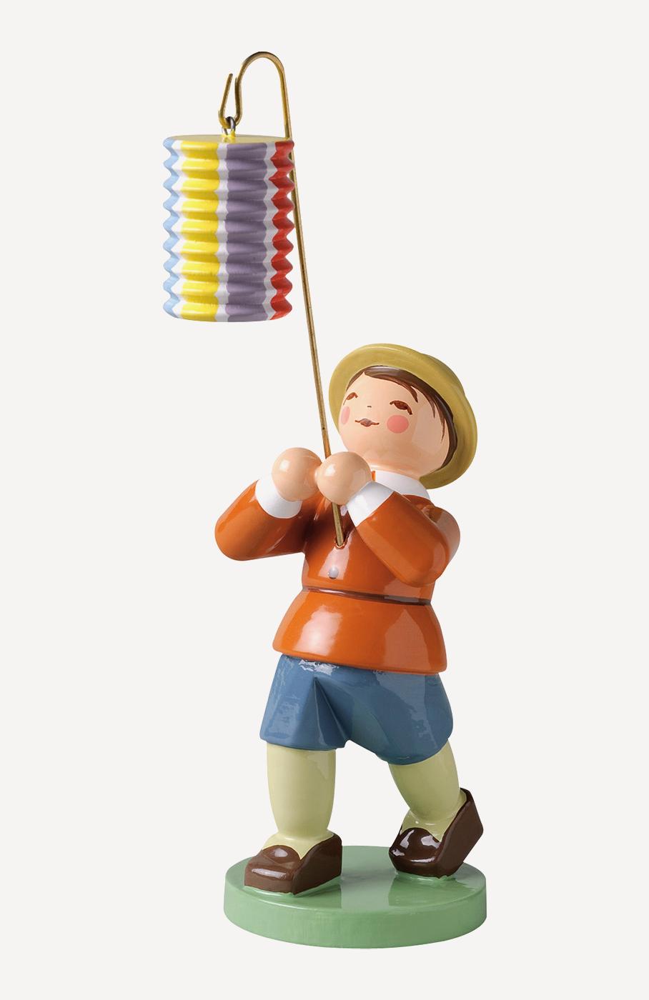 Junge mit kurzem Lampion