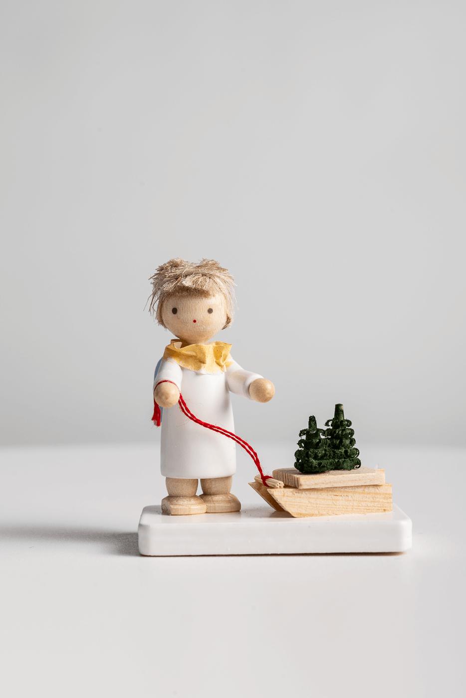 Engel mit Schlitten und Baumsetzlingen