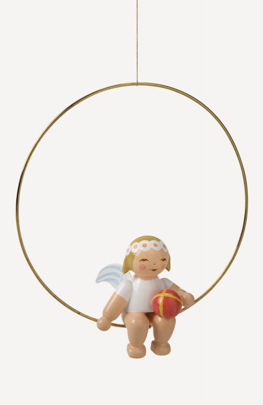 aChristbaumengel im Ring, mit Ball