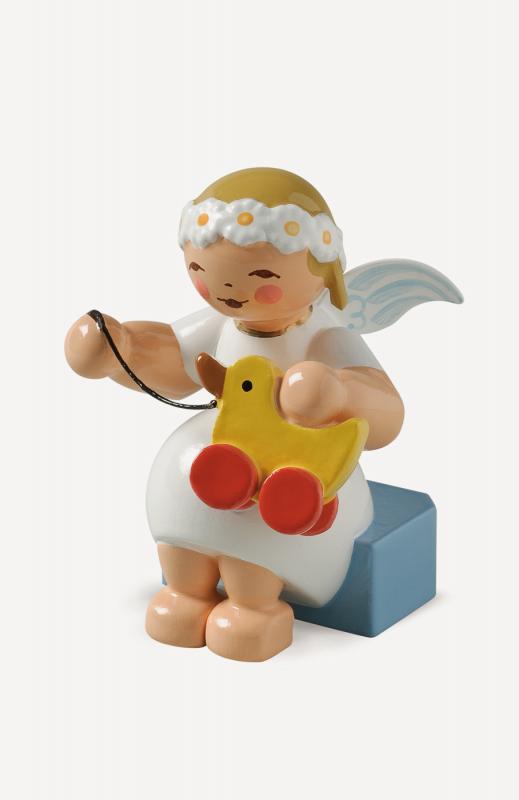 aMargeritenengel, sitzend, mit Spielzeugente