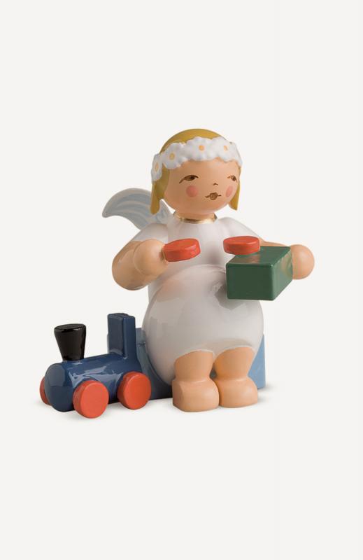 aMargeritenengel, sitzend, mit Eisenbahn