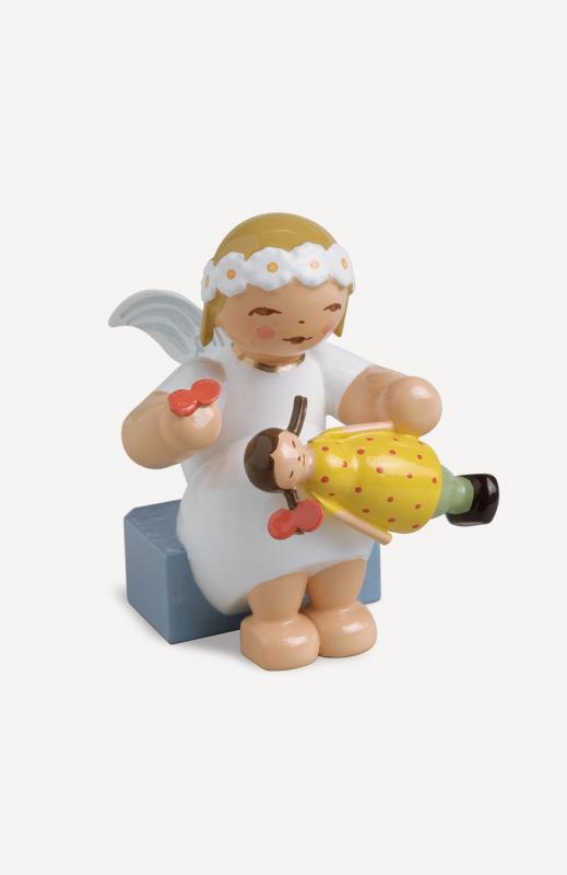 aMargeritenengel, sitzend, mit Puppe