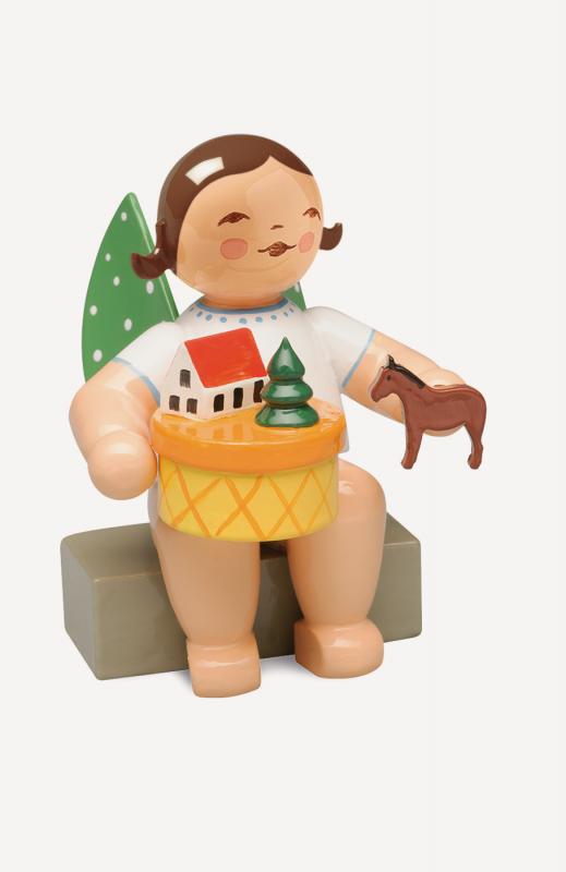 aEngel im Spielzeugdorf, sitzend
