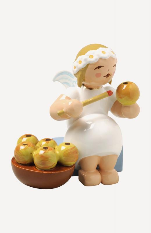 aMargeritenengel, sitzend, mit Apfelkorb